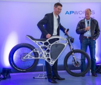 Joachim Zettler (left), CEO of Airbus APWorks GmbH, and Airbus Group CEO Tom Enders presenting 'Light Rider', the world's first 3D-printed motorcycle